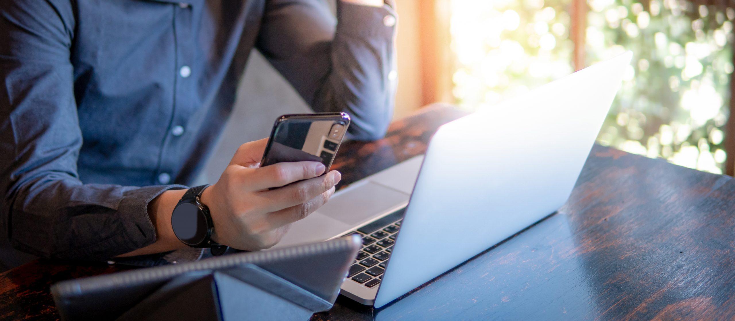 Collaborateur OGI travaillant sur son ordinateur