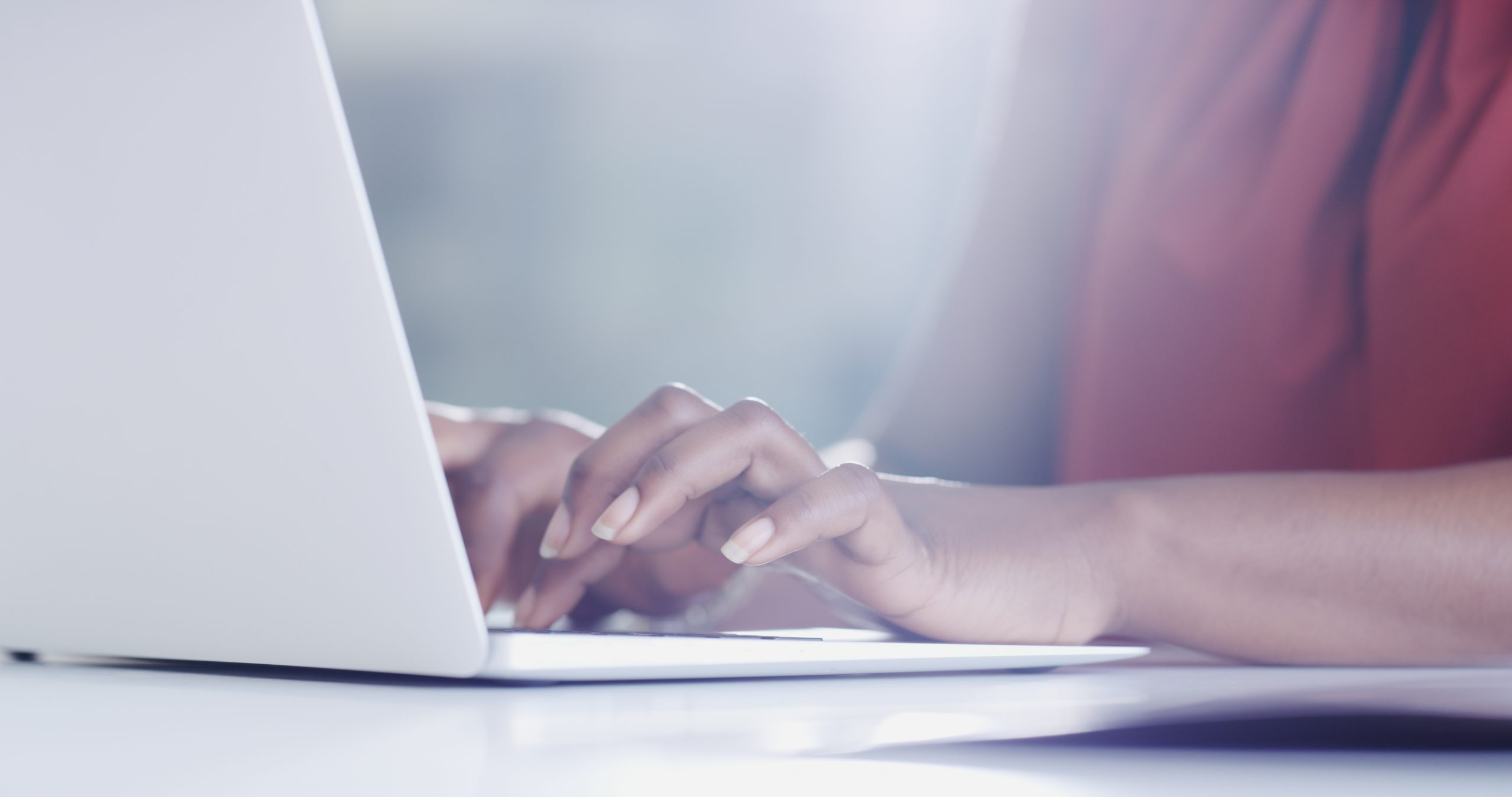 Une collaboratrice sur son ordinateur